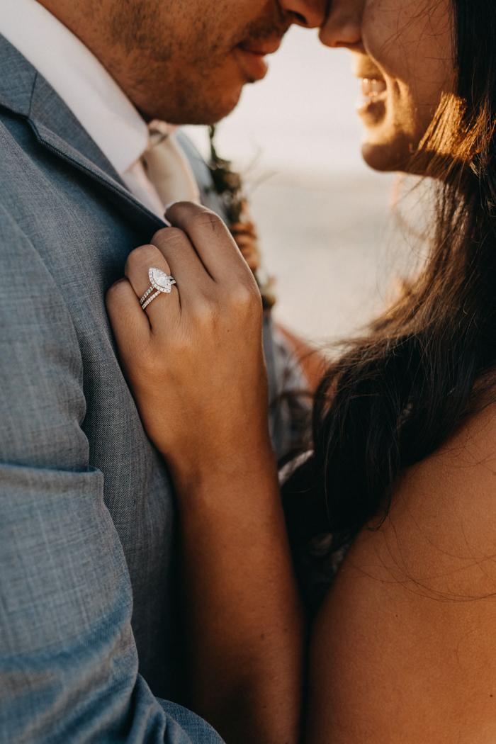Bruid met verlovingsring om haar hand