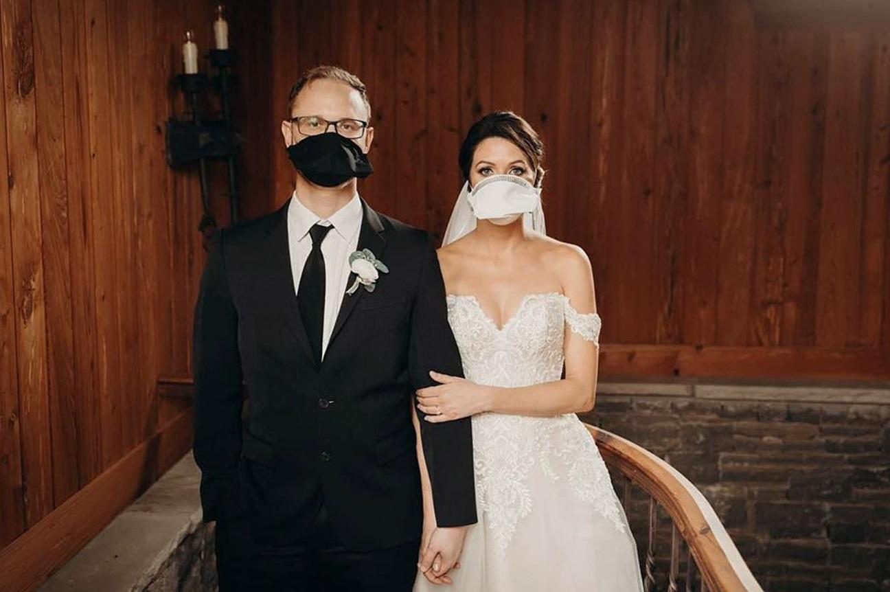 Bruidspaar met mondmaskers