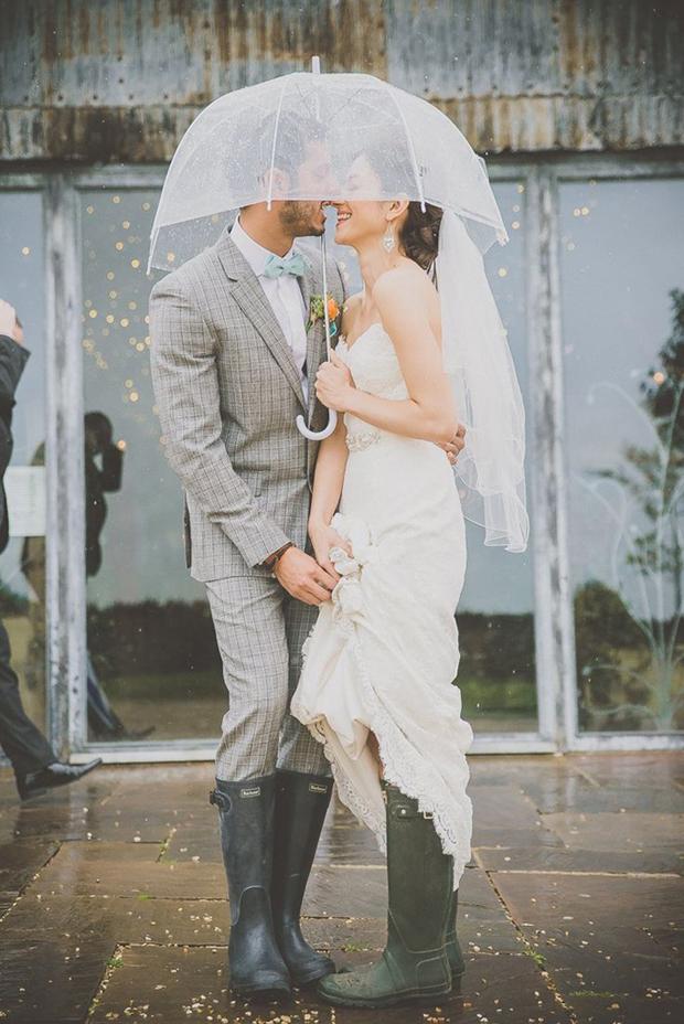Bruidspaar met slecht weer op de bruiloft