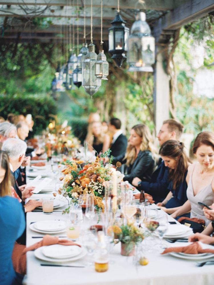 Bruiloft gasten aan tafel