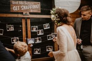 Bruid met polaroid foto's