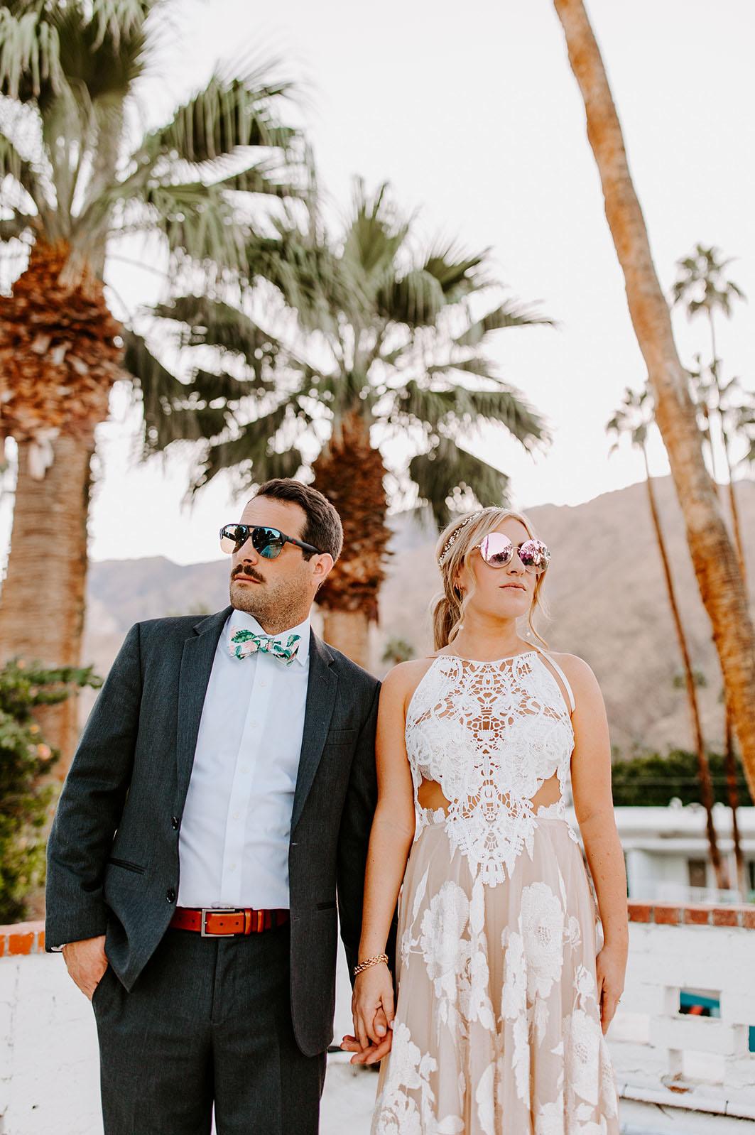 Bruidspaar met zonnebril op hun bruiloft