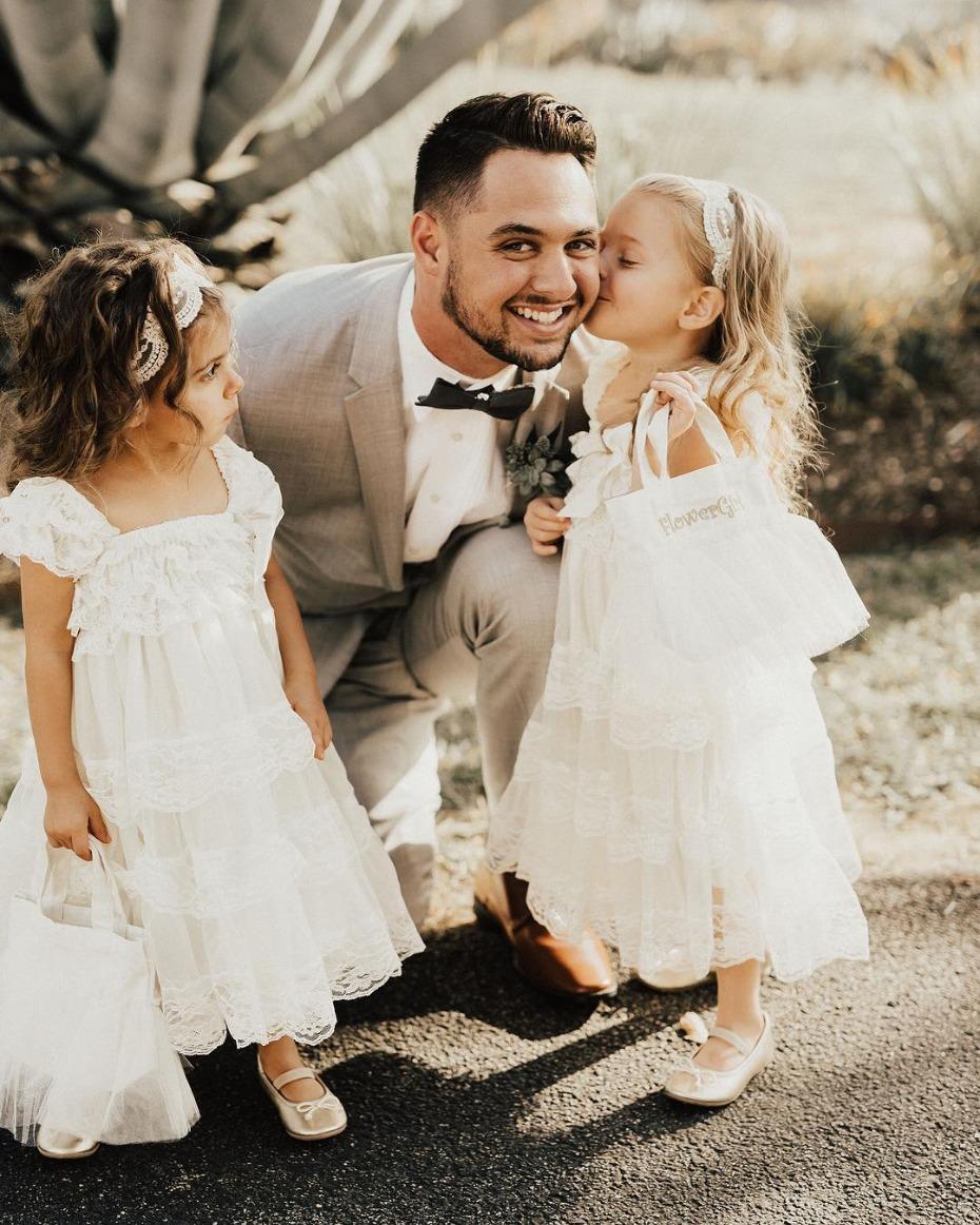 Bruidsmeisjes met witte jurkjes