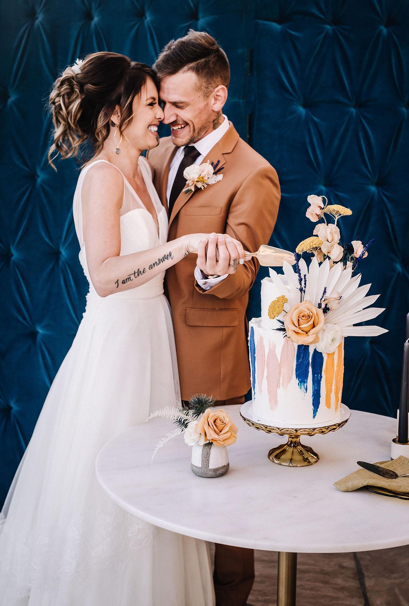 Bruidspaar met taartschep en mes