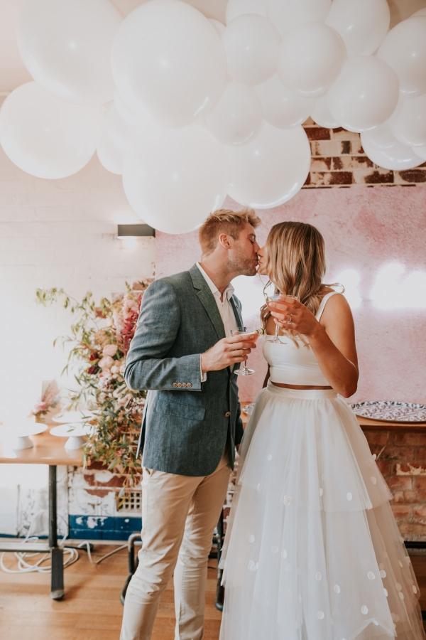 Bruidspaar op verlovingsfeest