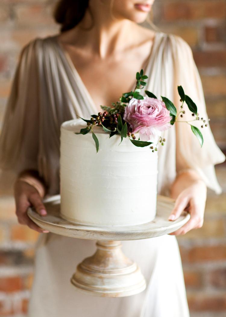 Bruid met taart in haar handen