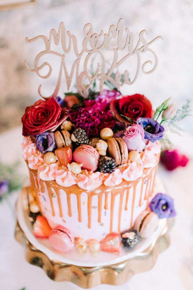 Roze drip cake met decoratie