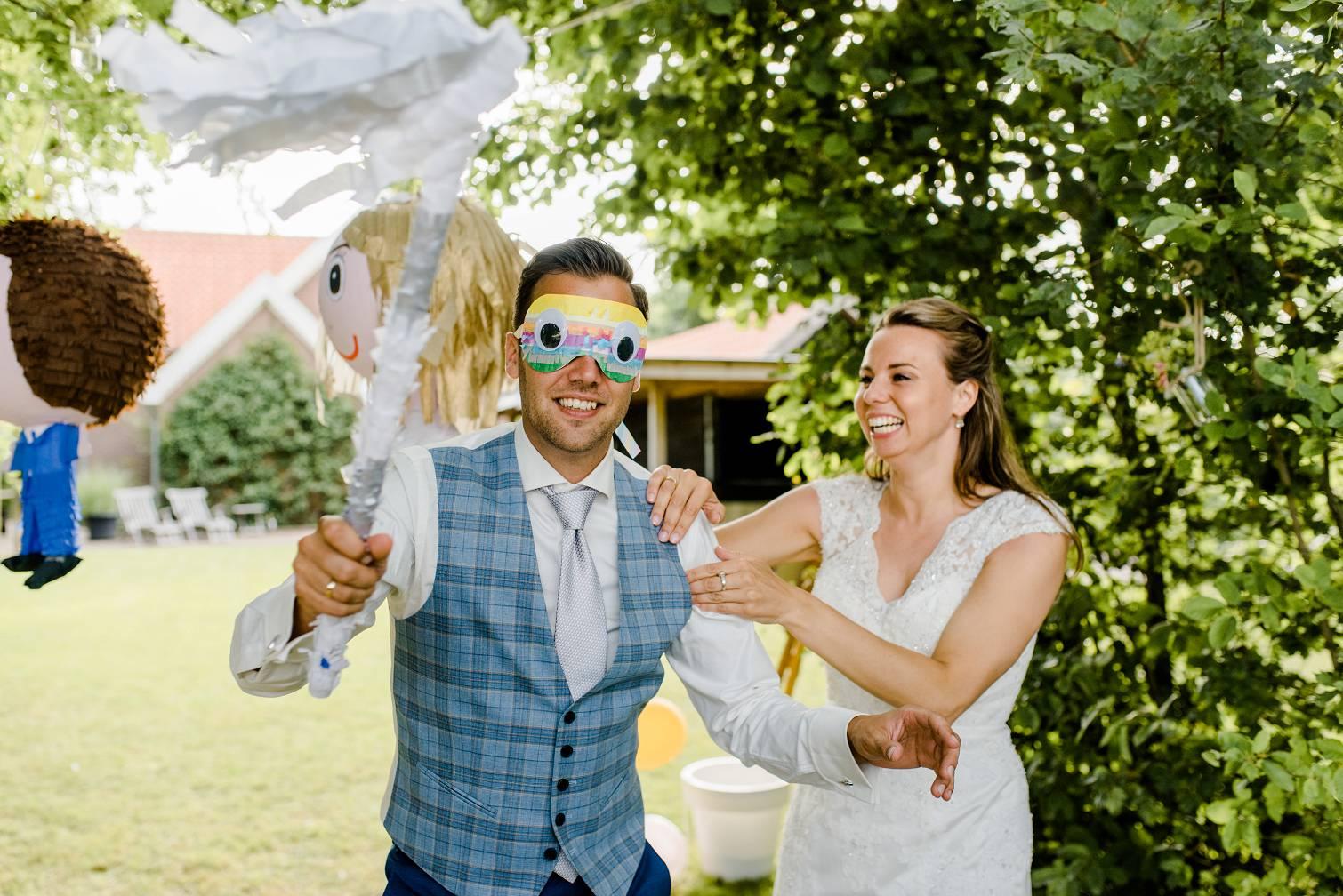 Bruidspaar met een piñata