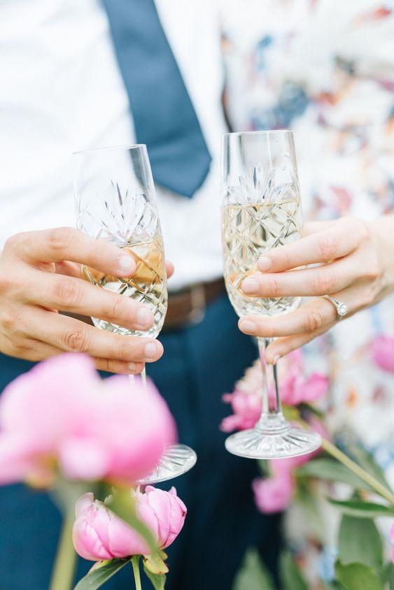 Stel met champagneglazen in hun handen