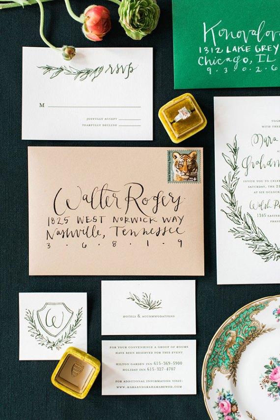 Envelop met adressering voor de trouwkaart schrijven