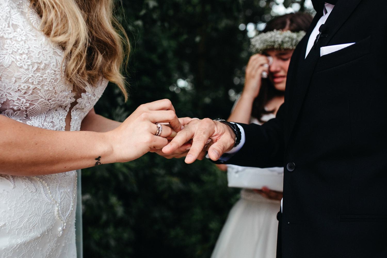 Bruidspaar doet ringen bij elkaar om