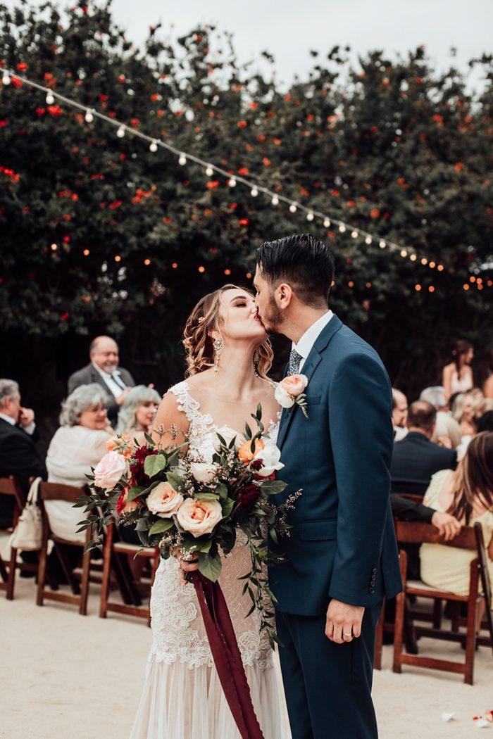 Kussend bruidspaar op de bruiloft