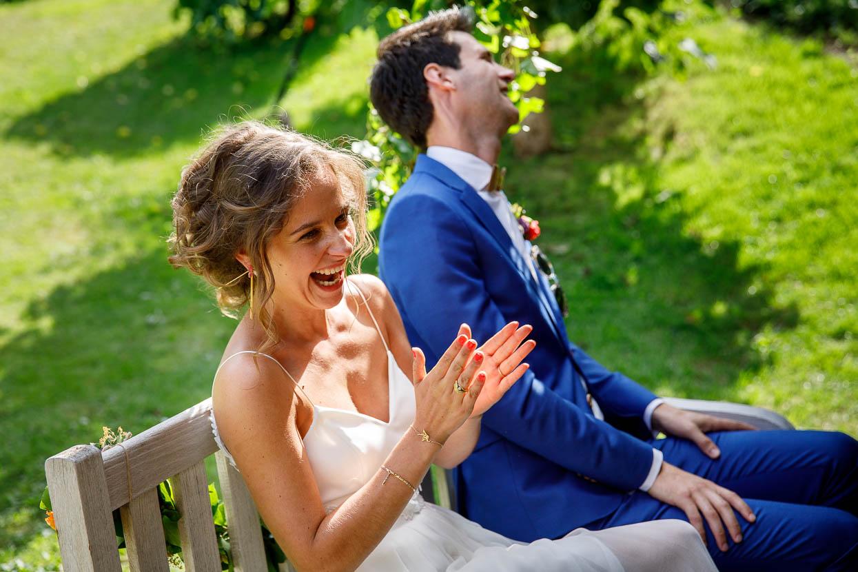 Lachend bruidspaar op de bruiloft