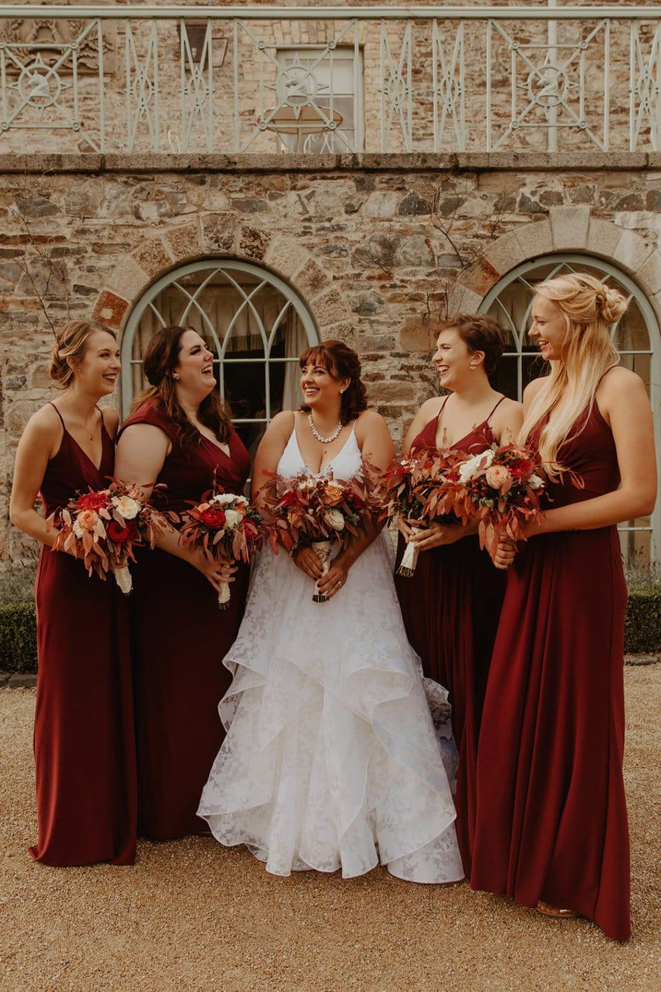 Bruidsmeisjes dragen rood op de bruiloft