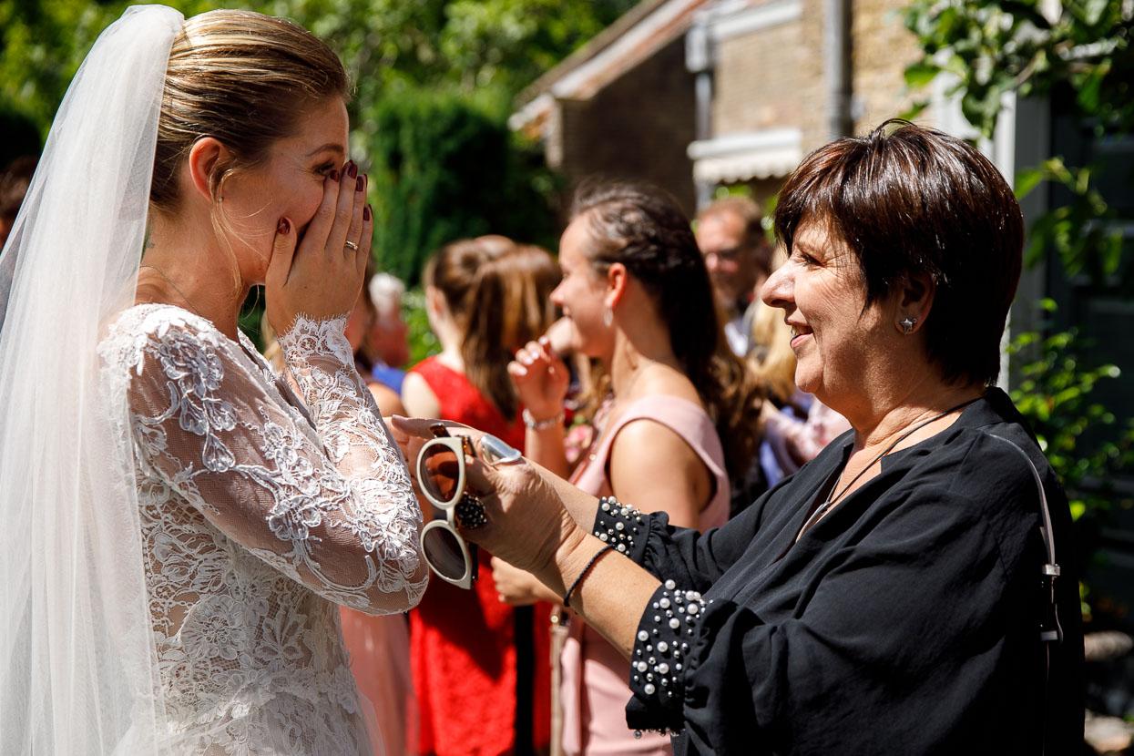 Bruid met haar gasten op de bruiloft