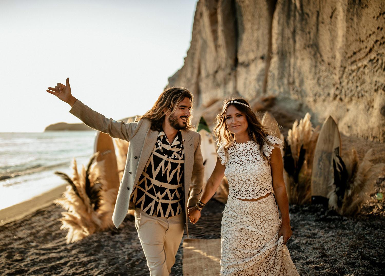 Bohemian bruidspaar op het strand