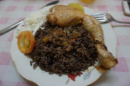 Rijst, bonen, kip en groente