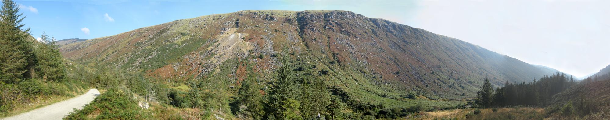 Poludniowy stok grzbietu Lugduff, u jego stop dolina Glenmalure