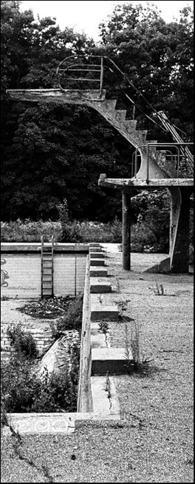 obecnie boisko koszykowki nowoczesnej (wchodzi sie z metalowym koszem na wieze i rzuca za 3pkt