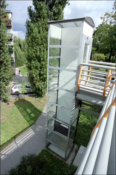 winda po drugiej stronie kladki / lift at the other side of bridge