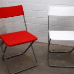 rote und weiße Plastikstühle