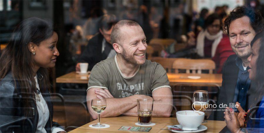 Bruno De Lille luistert naar 3 mensen op café (foto (c) Bas Bogaerts)