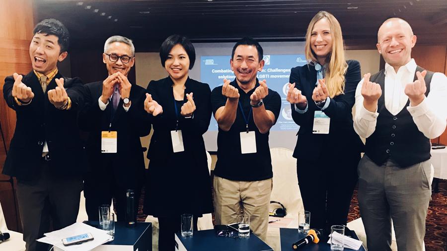 Deelnemers aan debat over openstelling huwelijk voor mensen van hetzelfde geslacht op het FIDH congres in taipei (oktober 2019). Van links naar rechts: Tzung-Han Tsou (moderator), Professor Emeritus Vitit Muntarbhorn, Joyce Teng, Hiroshi Ikeda, Eliza Rutynowska en Bruno De Lille