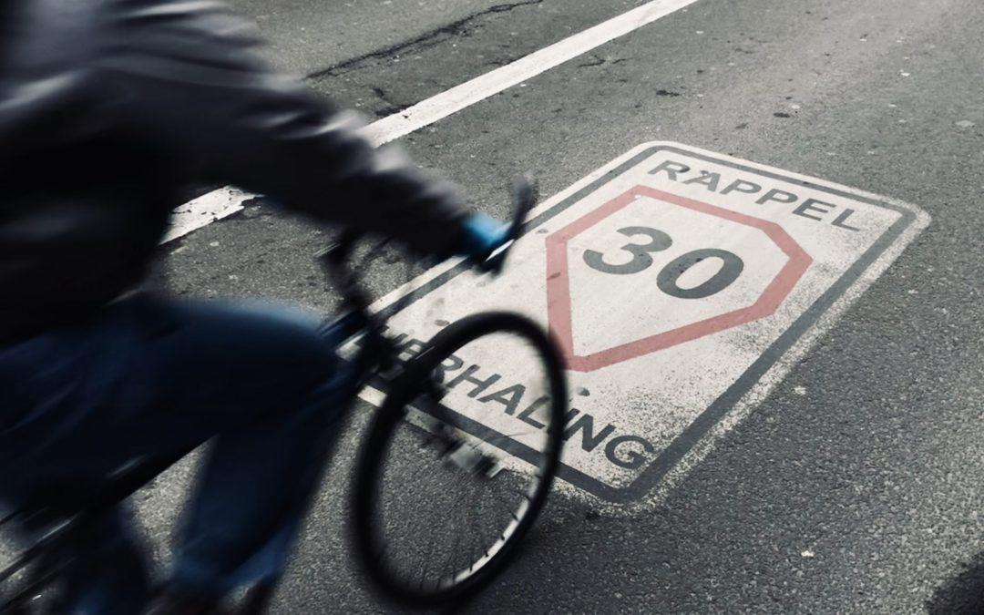 fietser rijdt over symbool zone 30