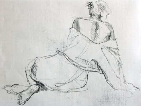 Manon assise de dos en appui sur un bras