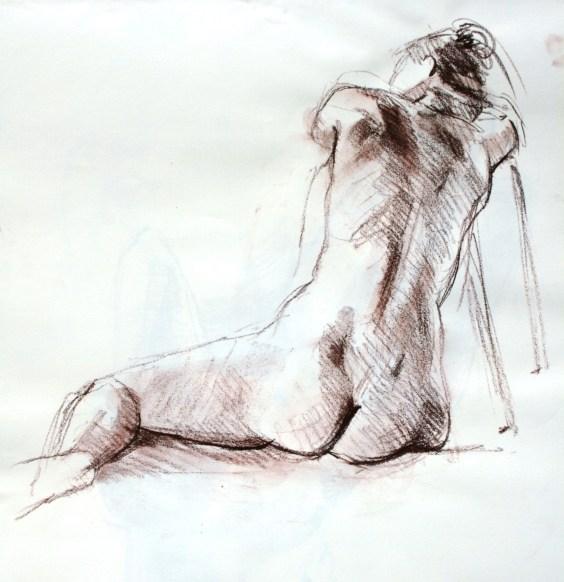 Fabienne assise au sol tête et bras en appui sur un tabouret