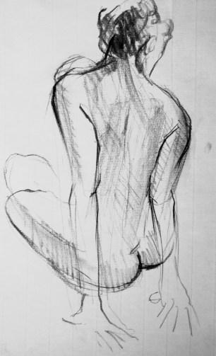 Dalila assise de dos en appui sur les bras