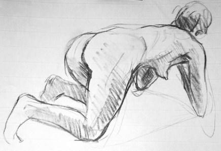 Fabienne en raccourci posée sur les coudes et les genoux