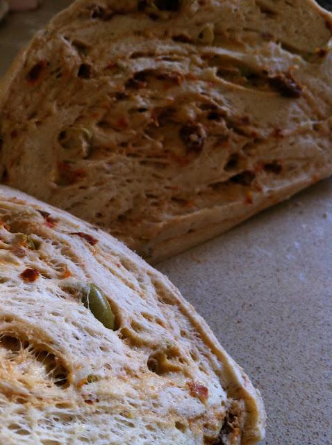 לחם עגבניות מיובשות וזיתים