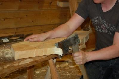 Deretter høgg ein finare etter rissen med støtte i benkehaken som er bora ned i forsetet.