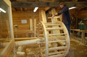 Spilehjulet er tredd inn på akslingen, og me trer inn eikene. Eikene på dette hjulet ligg på innsida av treringane