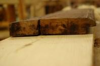 Rettside og kant er ferdig. Da kan vi fortsette med profil og fals. Det gamle bordet er lagt oppå det nye.