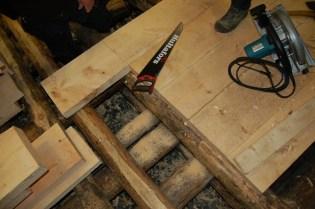 Gulvbordene skjøtes på samme stokk. Det blir 3 felt med gulv til slutt