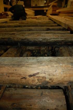 Det øverste laget flathugges på toppen slik at gulvet får et jevnt underlag