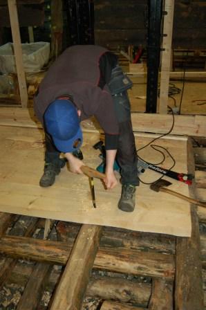 Gulvbordene festes med treplugger. vi kunne brukt spiker, men disse hadde rustet siden bolverket har et høyt saltinnhold