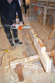Oversiden skjæres ned og formes klar til neste stokk