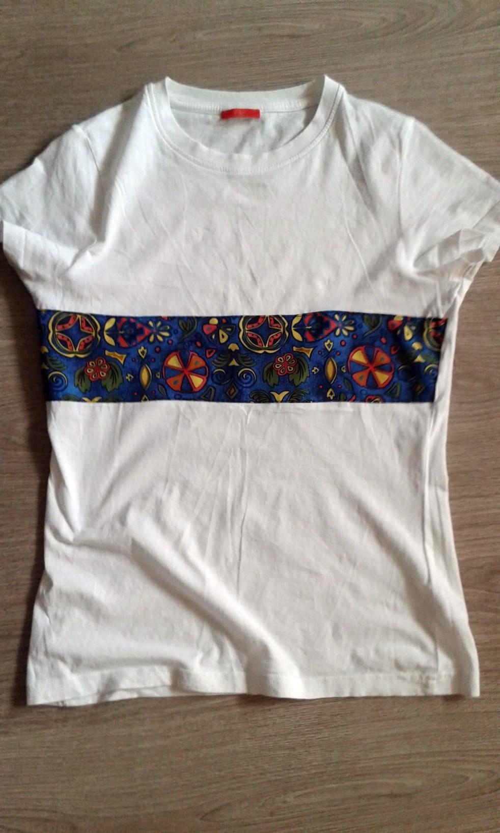 biała bluzka z kolorowym motywem