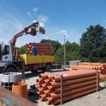 Kanalizacja w Brzoziu. Sieć sanitarna - na zdjęciu rury, koparka, betonowe kręgi