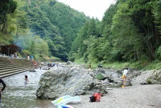【羽生川沿いの設備】河原のバーベキューも楽しめる。