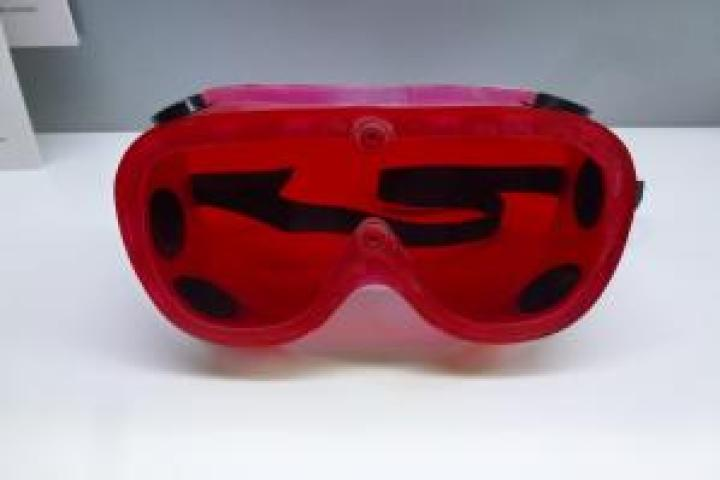red goggles (002) (800x533)