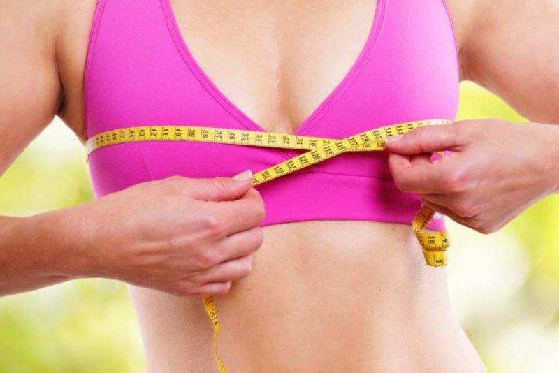 women measuring bra size (1)