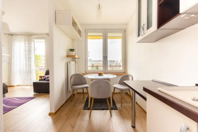 Zdjęcie kuchni wraz z widokiem na salon
