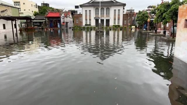彰化人盼雨水終於等到了,鹿港公會堂廣場甚至汪洋成河,卻因為彰化縣沒有水庫,水無法即時儲存在集水區,對限水沒什麼幫助。(圖由彰化縣消防局提供)