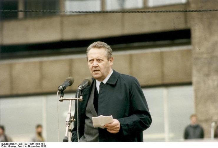ADN-ZB/Grimm /4.11.89 Berlin: Demonstration/ 500.000 Bürger beteiligten sich an einer Demonstration für den Inhalt der Artikel 27 und 28 der Verfassung der DDR. Auf dem anschließenden Meeting auf dem Alexanderplatz ergriff auch Günter Schabowski, Mitglied des Politbüros und 1. Sekretär der Bezirksleitung Berlin der SED, das Wort.