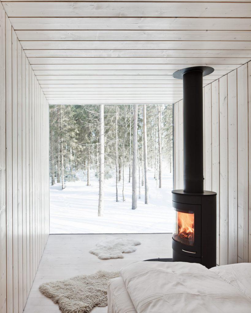 Villa à quatre coins par Avanto Architects Ltd ; cheminée par Scan