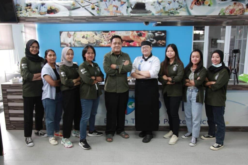Anggota Himpunan Mahasiswa Culinary Management bersama dosen
